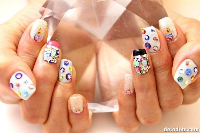 Коралловые ногти со стразами дизайн фото